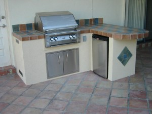 Many outdoor kitchen designs use the L shape for additional counter space.